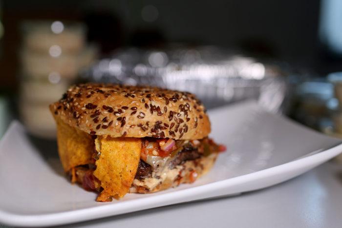 "DAMNATION BURGER | Veisepihv, kukkel, mozzarella, ""firey hot mayo"", jalopeno salsa, nachod, coleslaw"