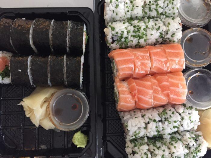 Tellisime nagu neli rulli sushit, need olid esiteks mingid maailma kõige väiksemad ja teiseks, pöörake palun tähelepanu wasabi ja ingveri kogusele nelja rulli peale :D