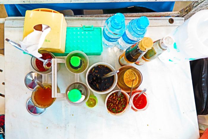 KLASSIKA: plastmasstopsist turritav peldikupaber, tšillid, sojad, kalakastmed, laimimahlad... Mul lihtsalt ila tilgub selle pildi peale :) Aru saavad vaid tõelist Tai toitu söönud inimesed ilmselt.