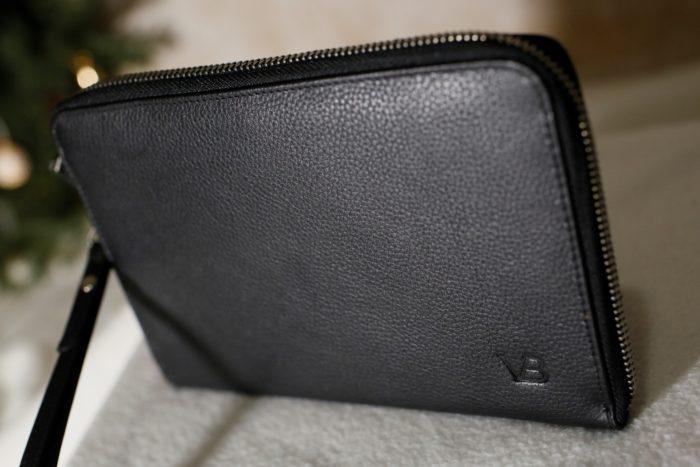 2320caf8ab1 Nüüd on mul ideaalne uus kott, mida randme külge riputada ja mahutab  täpselt palju ühel peol vaja – rahakoti, telefoni, võtmed ja huuleläike :)