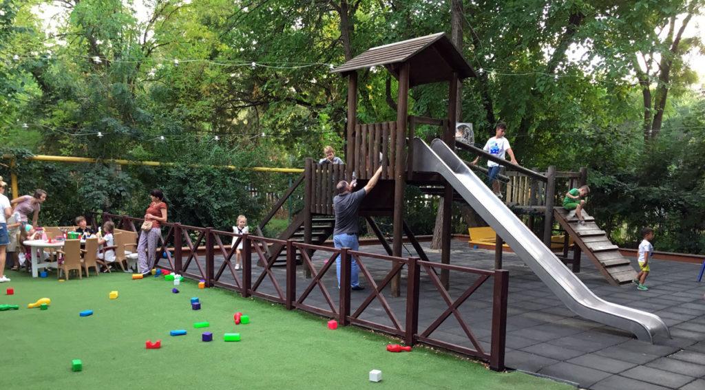Siin ees rohelisel platsil mängisid mingid poisid jalkat ja klotsidega meie oma mängida ei saanud, oleks kohe palliga piki pead saanud